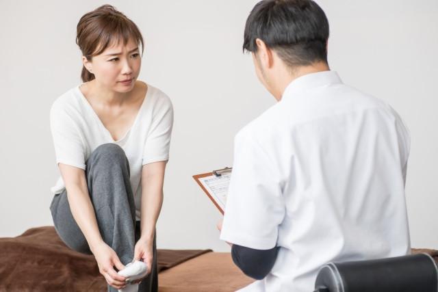 足裏の痛みを訴える女性